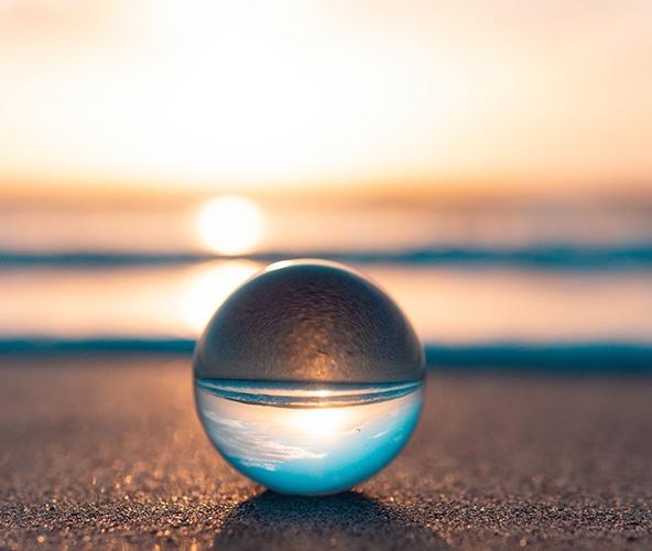 Personne hypersensible : Une photo d'une boule en verre en pour démontrer l'approche holistique d'OLA Coaching dans l'accompagnement de la personne hypersensible et à haut potentiel