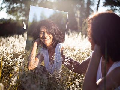 personne hypersensible se regardant dans un miroir suite à l'accompagnement en autonomie d'OLA coachingle