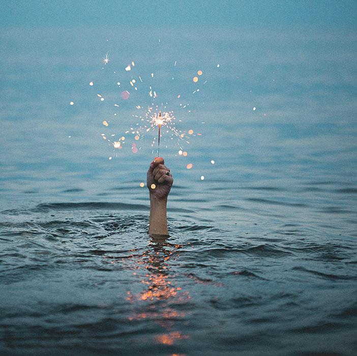 Ouarda Ladjal symbolisée par une lumière sur cette photo qui montre le chemin au milieu de l'océan pour un meilleur épanouissement